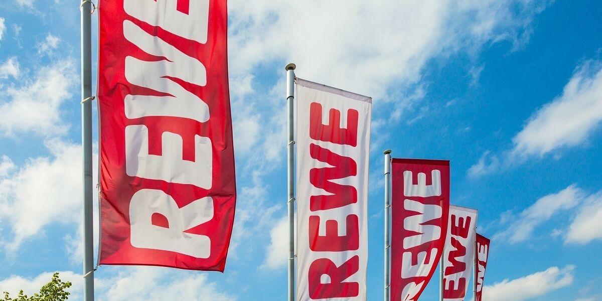 Flaggen mit Rewe-Schriftzug