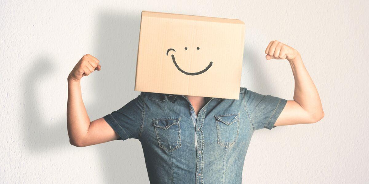 Mann mit Paket auf dem Kopf