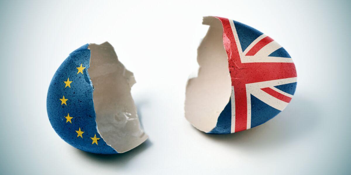 Zebrochene Eierschalen mit EU- und Großbritannien-Flagge