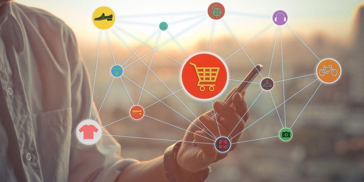 Person mit Smartphone, Online-Shopping-Symbole