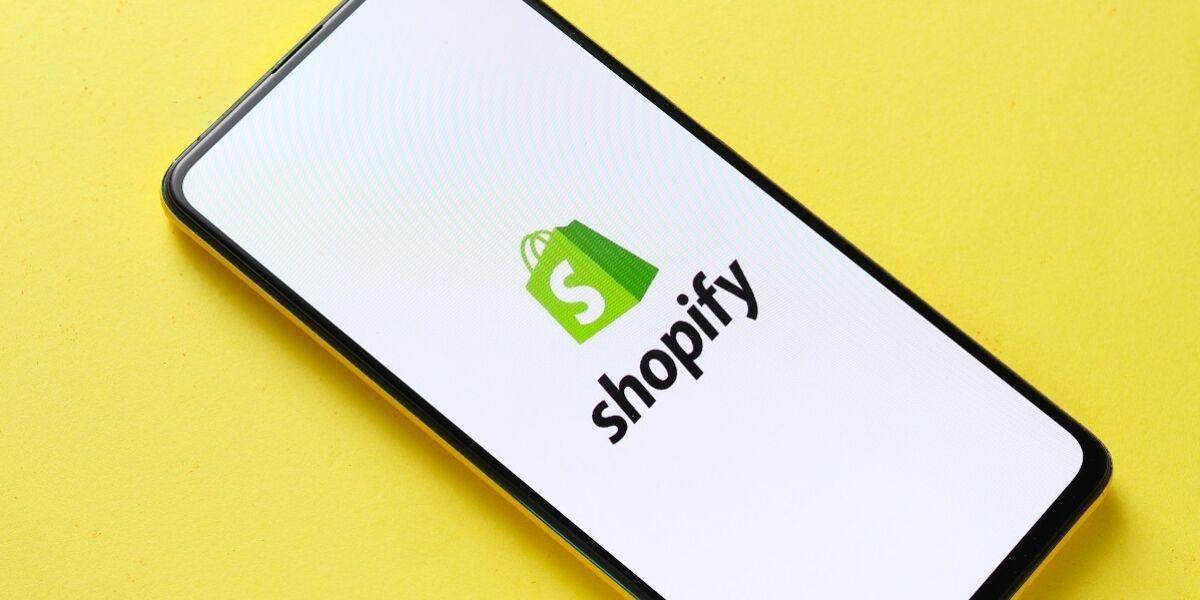 Shopify-Logo auf Smartphone