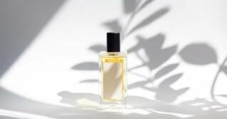 Parfümflasche vor weißem Hintergrund
