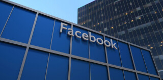 Facebook-Logo an Gebäude