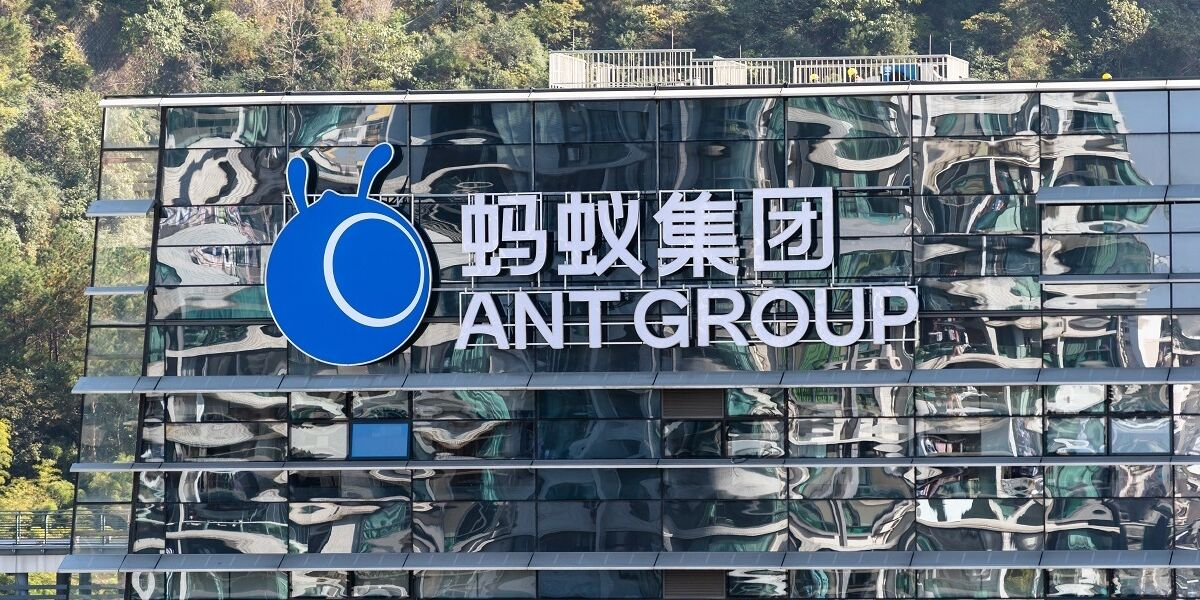 Ant Group Logo an Gebäude