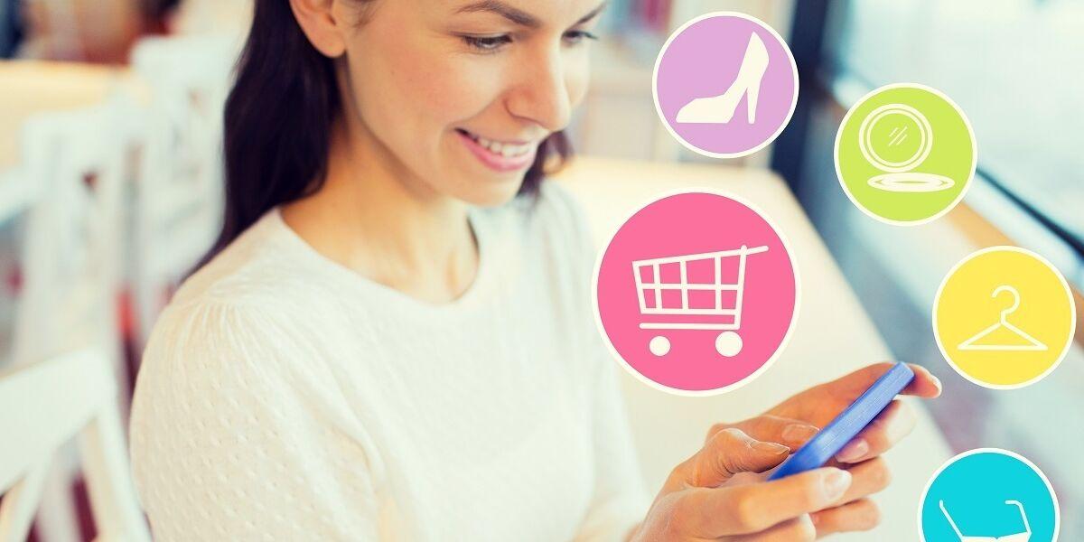 Person mit Smartphone und Shopping-Symbolen