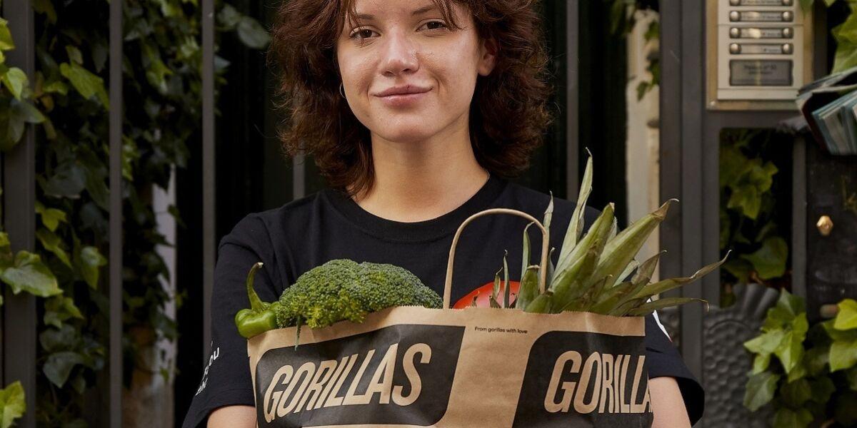 Person mit Einkaufstüte von Gorillas