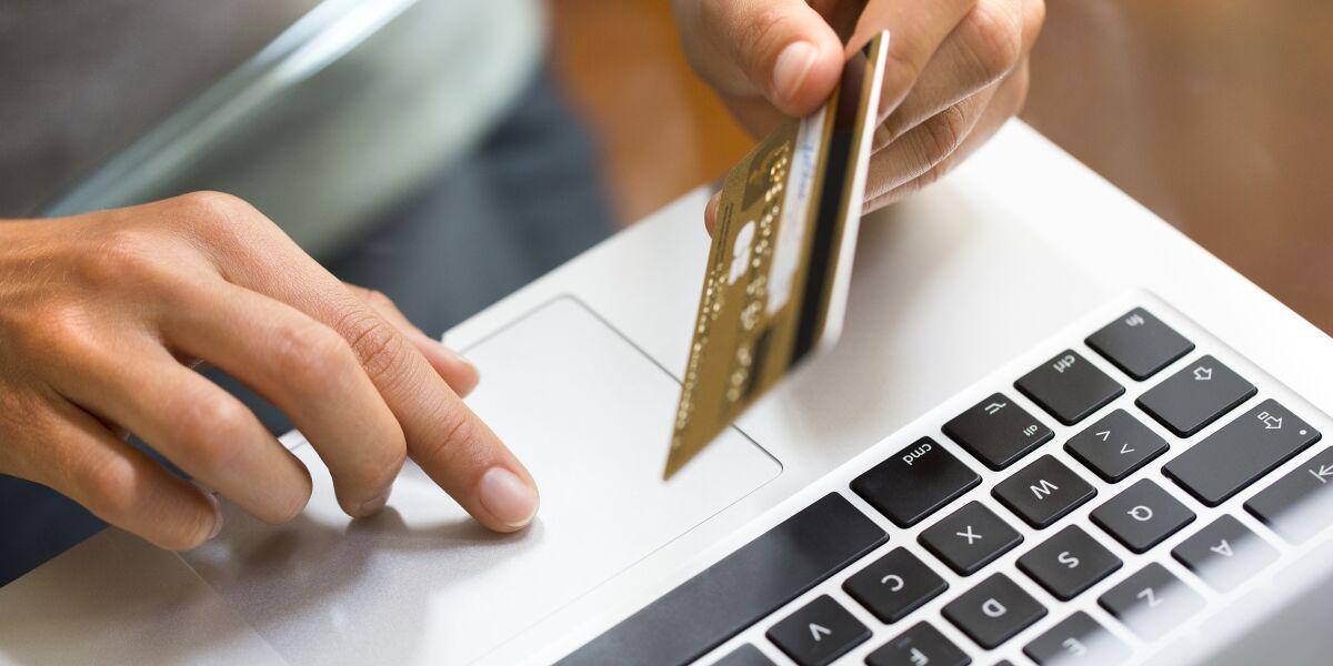 Frau bezahlt Online-Einkauf