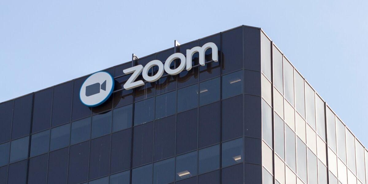 Zoom Logo an Gebäude