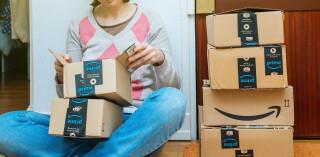 Person mit Amazon Prime Paketen