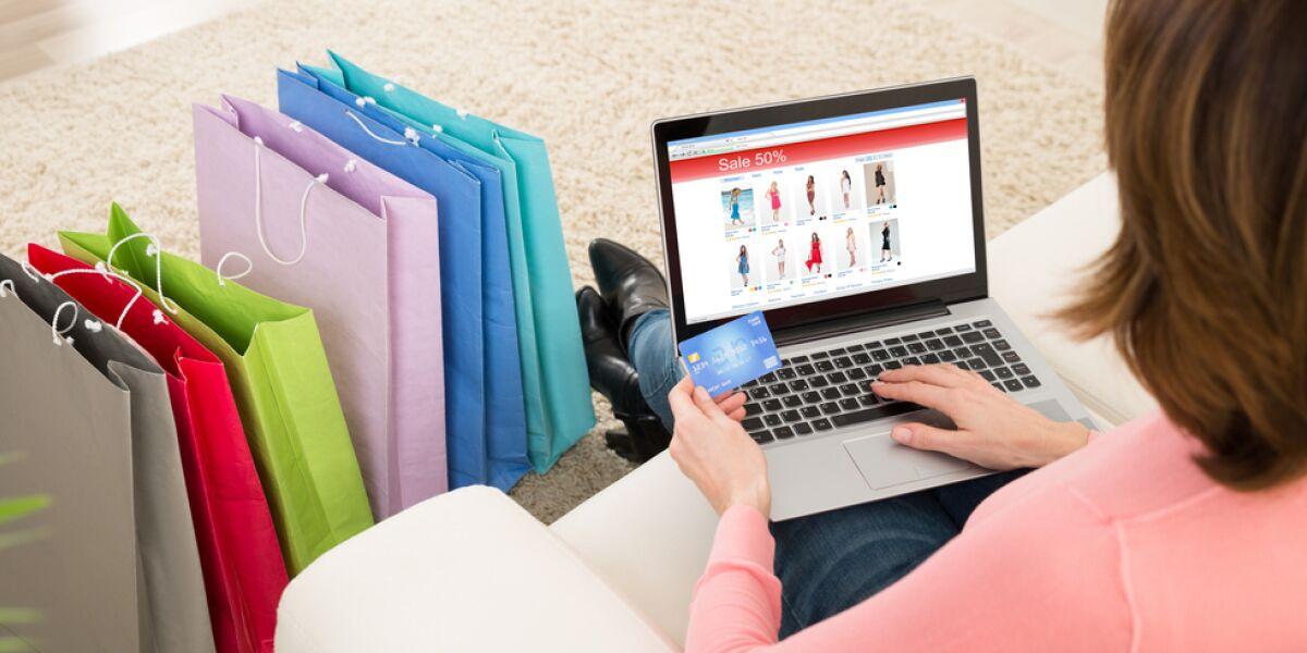 Frau kauft online ein