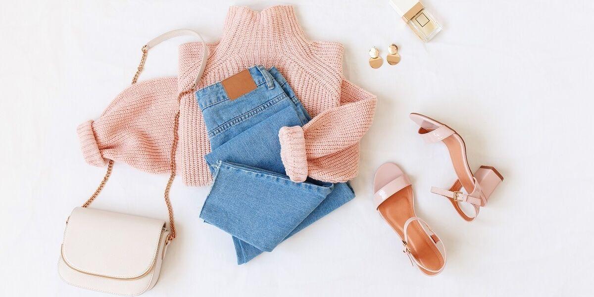 Jeans, Pullover, Sandalen und Tasche