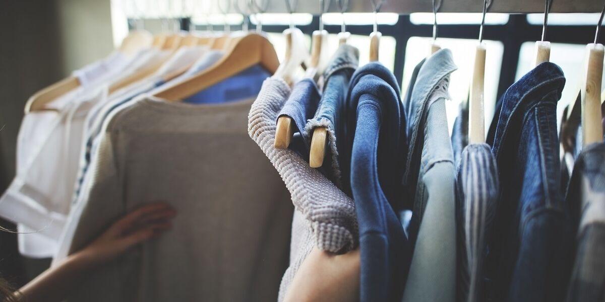 Person sieht sich Kleidung im Geschäft an