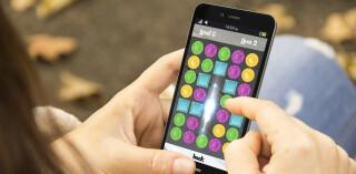 Person spielt ein App-Game mit Smartphone