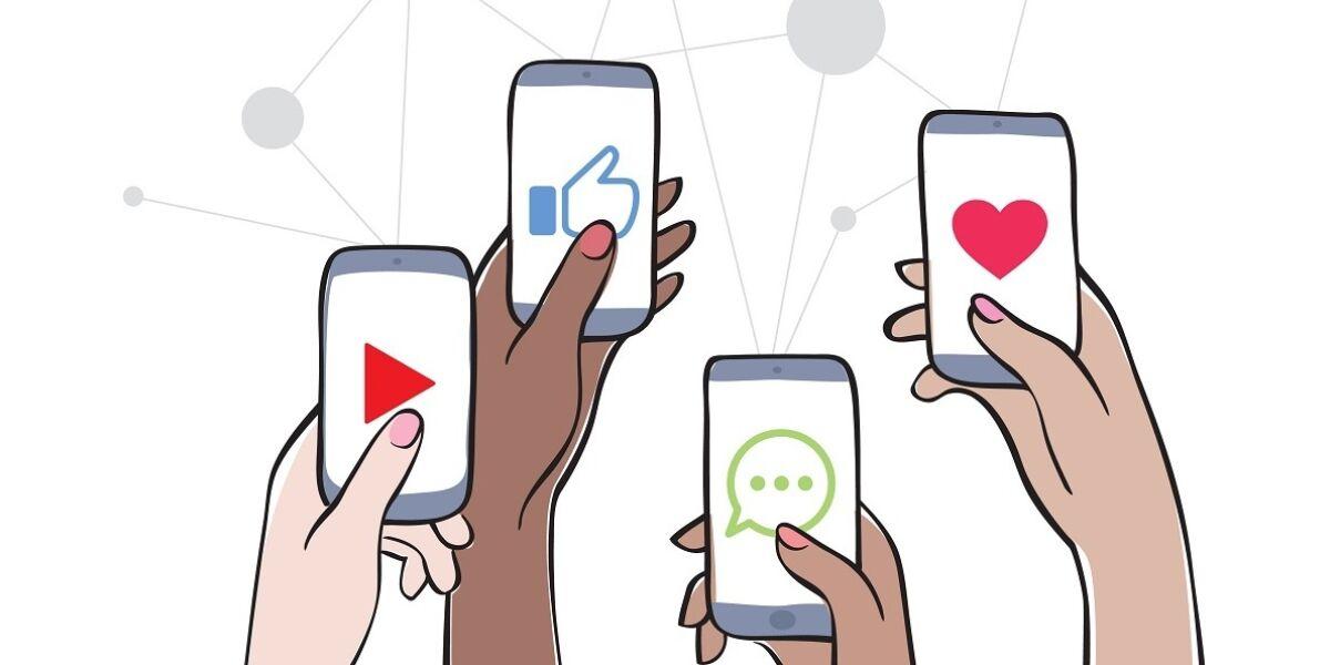 Hände, die Smartphones mit Symbolen für Social-Network-Apps hochhalten