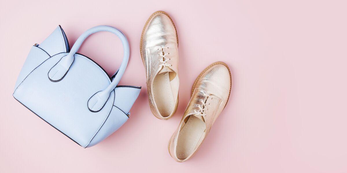 Schuhe und Handtasche