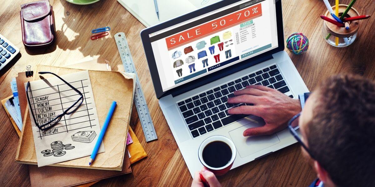 Mann beim Online Shopping am Laptop