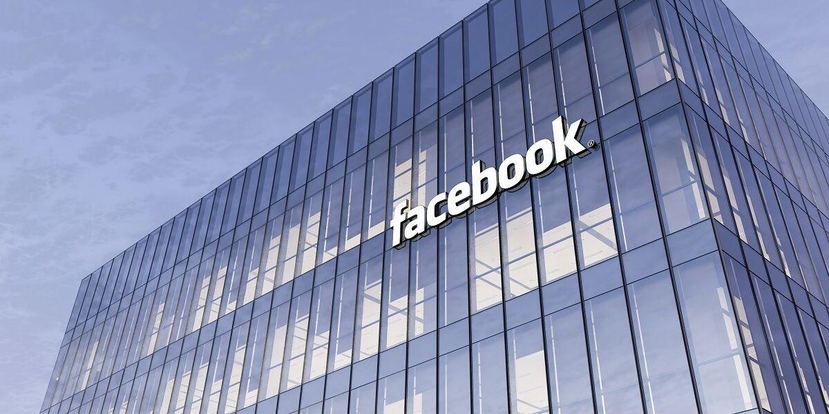 Facebook Logo an Gebäude