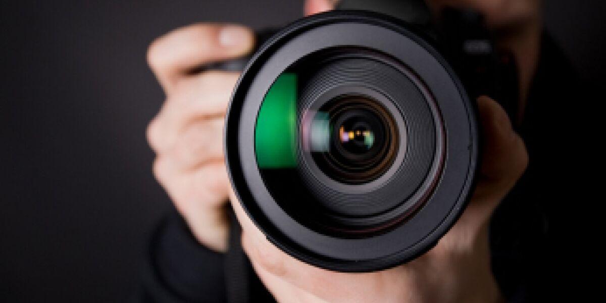 Mann mit Kameraobjektiv