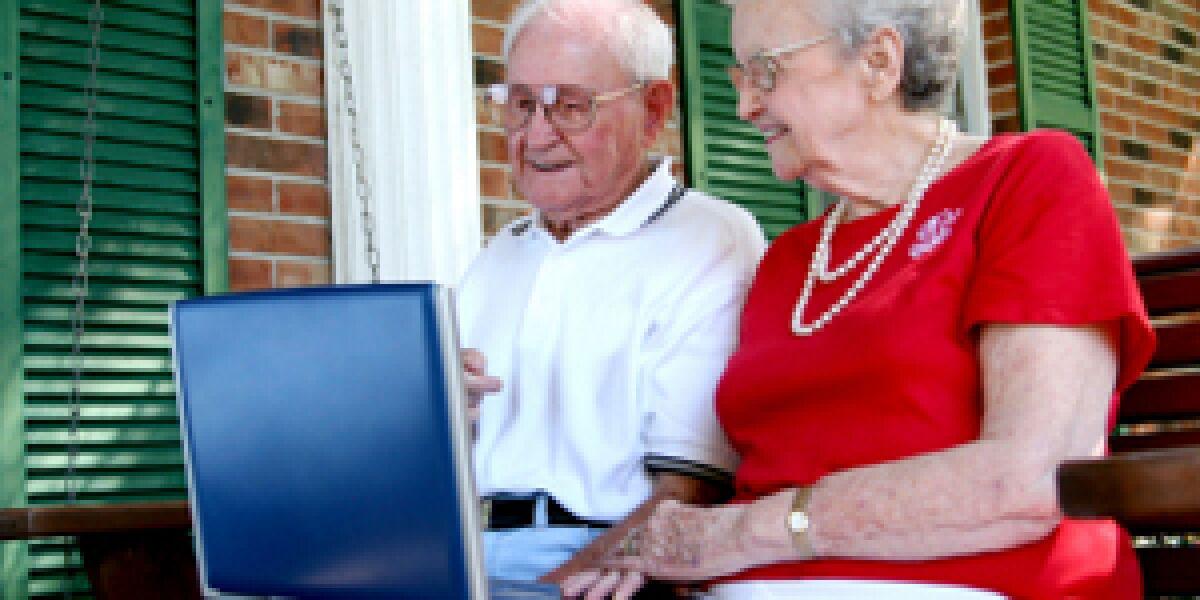 Alte Menschen am PC