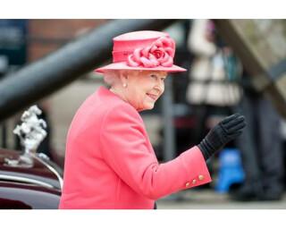 Wussten Sie schon, dass Queen Elizabeth II. Gerüchten zufolge jeden Morgen zusammen mit ihrem Frühstück eine gebügelte Zeitung vorgelegt bekommt?