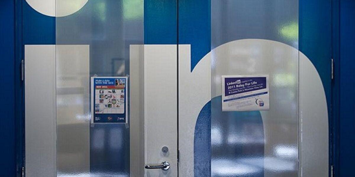 Blaue Türen mit weißer Aufschrift