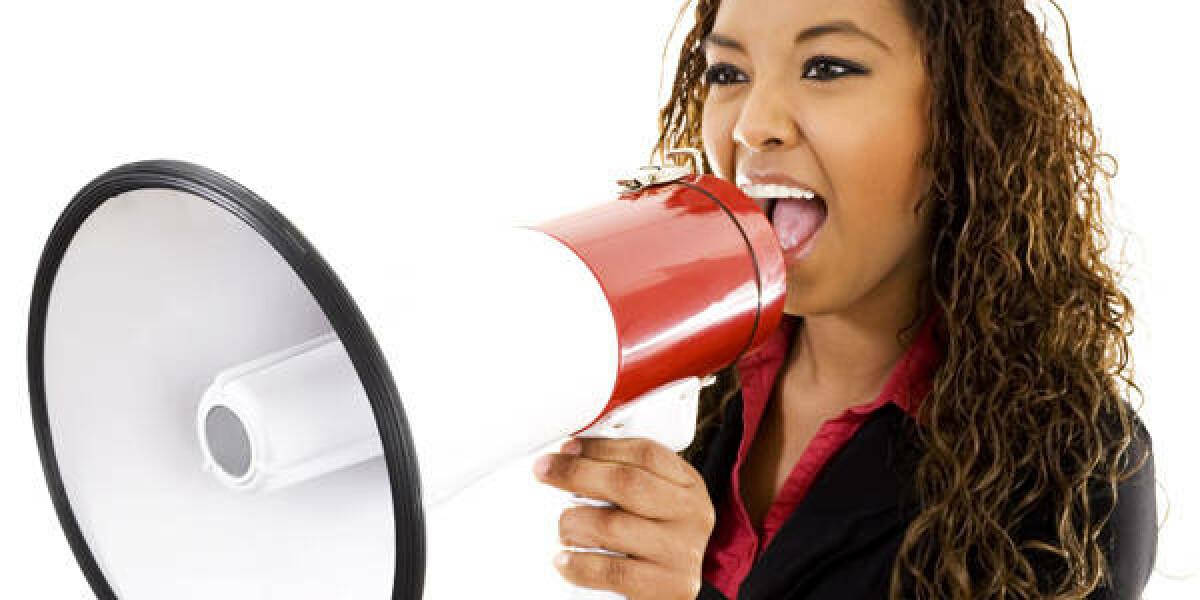 Frau spricht durch Megaphon