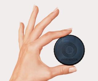 Eine Hand hält ein Beacon für ein Smartphone