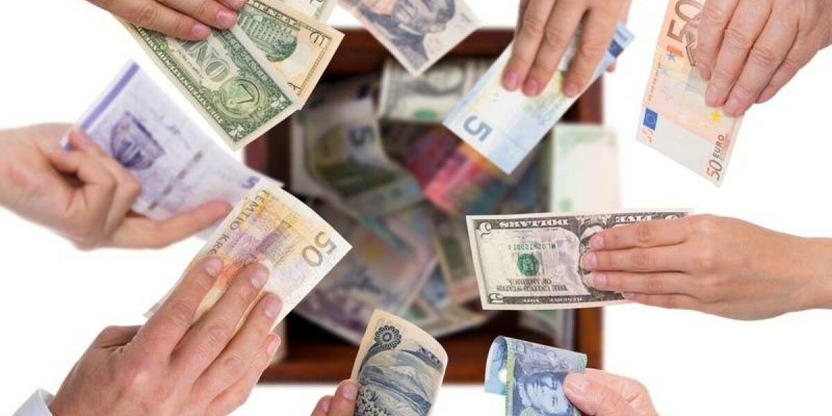 Geldscheine aus verschiedenen Ländern werden hochgehalten