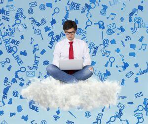 Mann sitzt auf Wolke