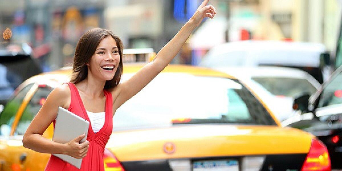 Frau in einem roten Kleid ruft ein Taxi