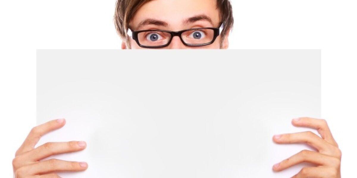 Ein Mann mit einer Brille betrachtet etwas