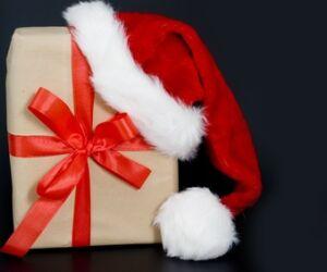 Weihnachts-Mütze auf Geschenk