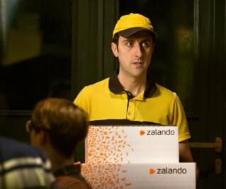 Briefträger bringt Zalando Paket
