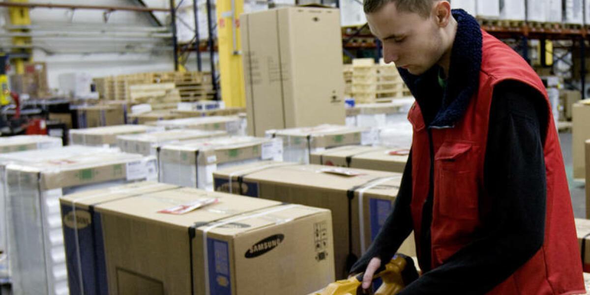 Mann im Logistikcenter