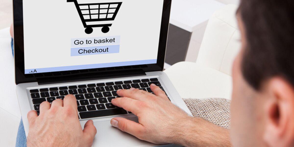 Mann beim Shopping im Internet
