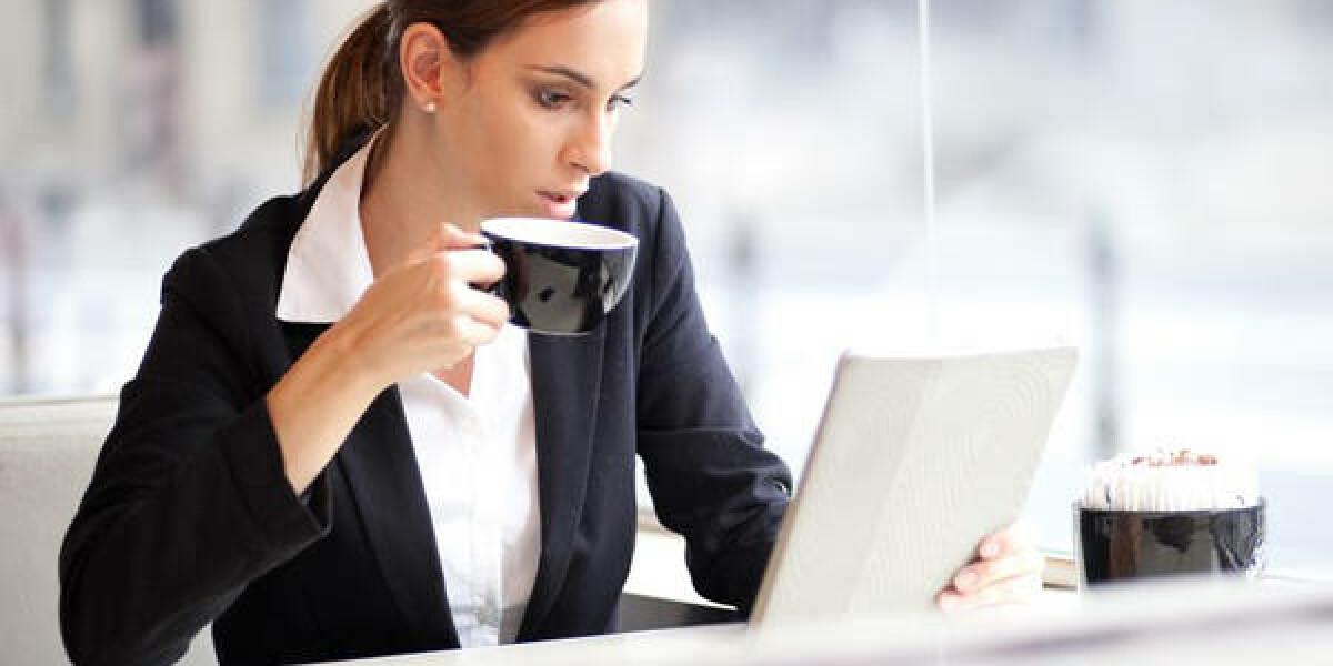 Frau liest auf Tablet