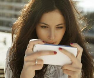 Frau spielt auf Smartphone