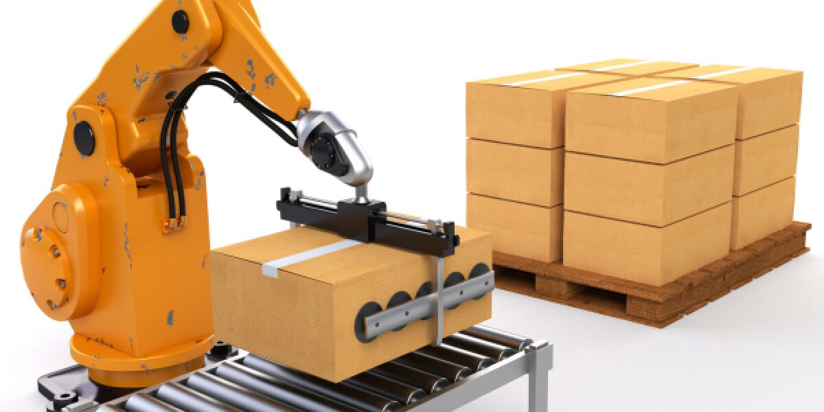 Roboter stellt Paket auf Lieferband