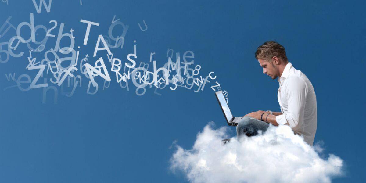 Mann mit Laptop auf Wolke