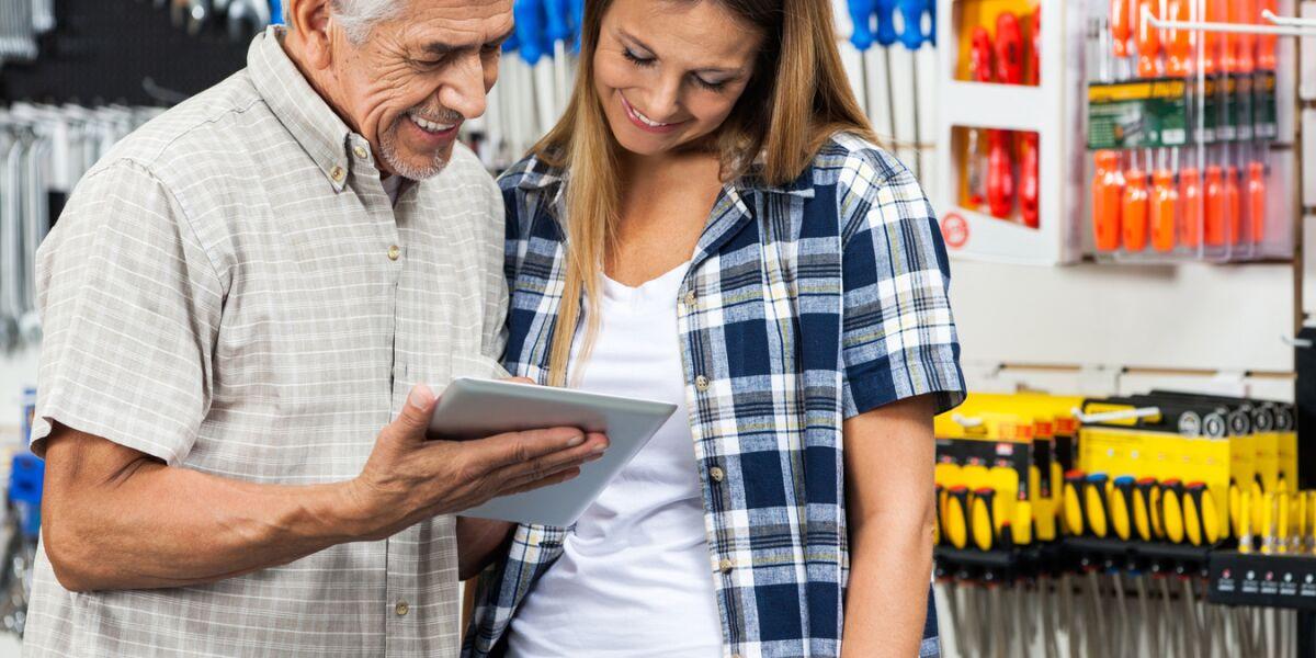 Verkäufer berät Kunden mit Tablet