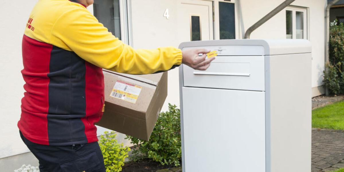 DHL-Bote öffnet Paketkasten