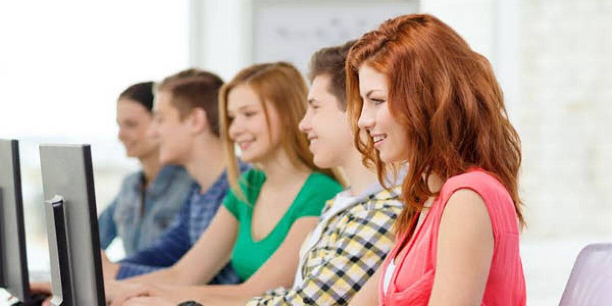 Schüler mit PC im Klassenzimmer