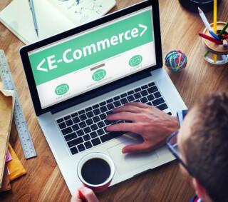 Laptop E-Commerce-Schriftzug Nutzer