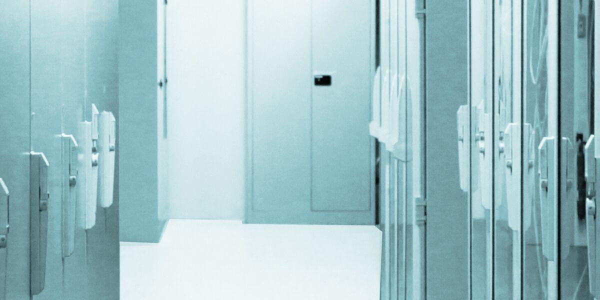 Blick auf Gang mit Servern im Rechenzentrum