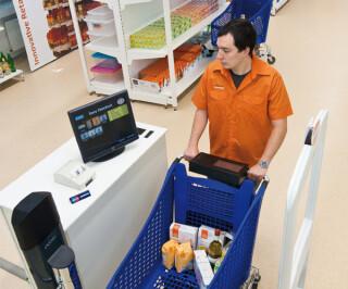 Rollwagen steht vor Bezahlschranke bei Innovative Retail