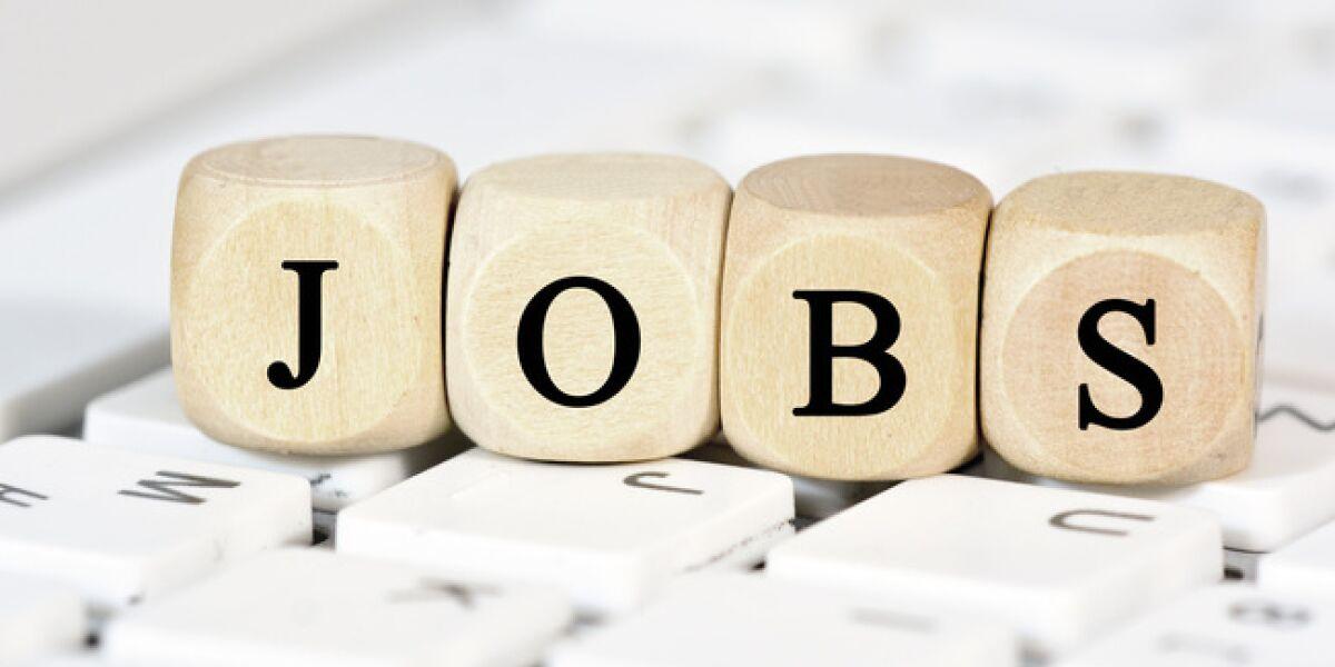 Würfel die nebeneinander das Wort Jobs ergeben