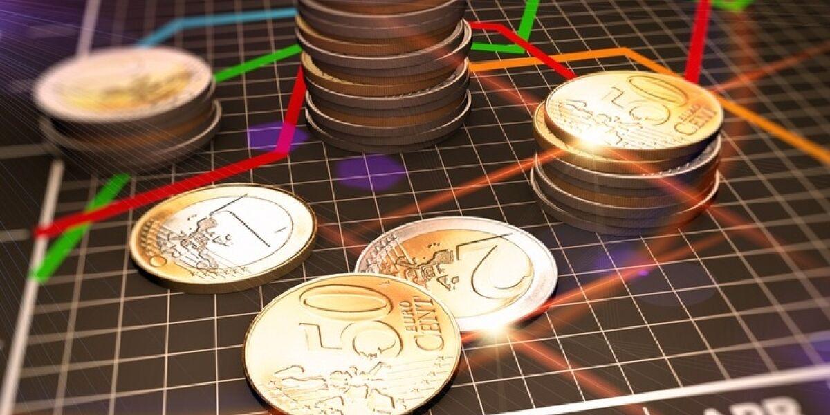 Münzen auf einem Kalender