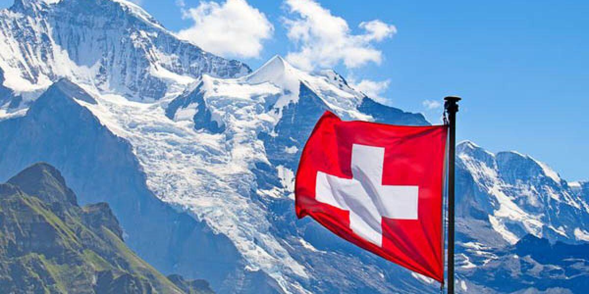Schweizer Flagge vor Bergen