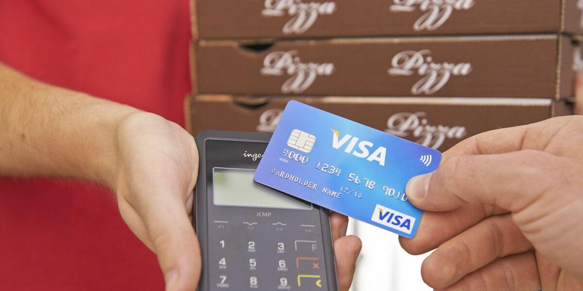 Kunde zahlt bei Pizzaboten kontaktlos mit Visa