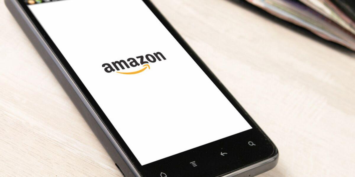 Smartphone mit angezeigtem Amazonlogo